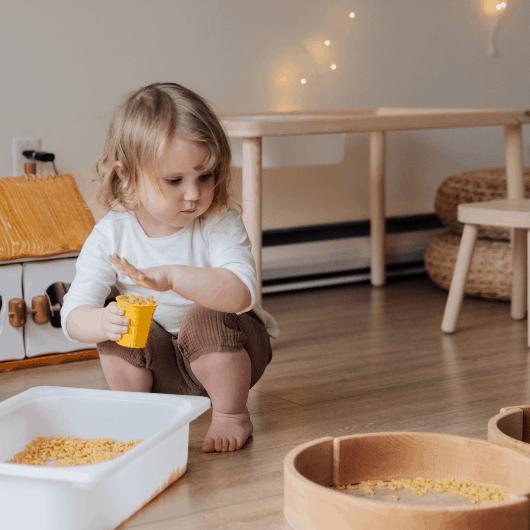 Attività da fare in casa con i bambini piccoli: I travasi